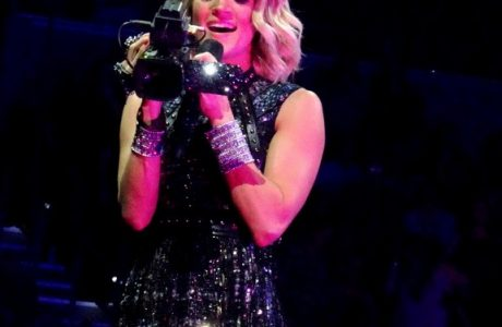 CARRIE UNDERWOOD TELLS HER STORY TO TAMPA